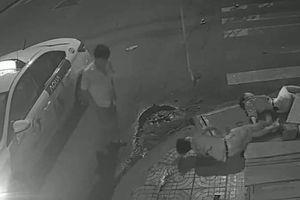 Clip: Tông chết cô gái ở TP.HCM, tài xế taxi xuống nhìn rồi bỏ đi gây phẫn nộ