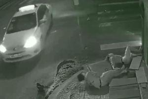 Nạn nhân vùng vẫy kêu cứu, gã tài xế taxi tàn độc đứng nhìn rồi bỏ đi