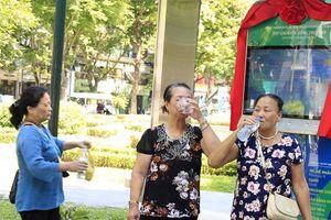 Người dân Hà Nội hào hứng sử dụng máy lọc nước thông minh nơi công cộng