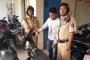 CSGT bắt thanh niên chơi game bắn cá vào nhà dân trộm xe