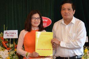 Trao quyết định Phó Trưởng Cơ quan đại diện các tỉnh phía Nam cho đồng chí Phan Thị Quỳnh Mai