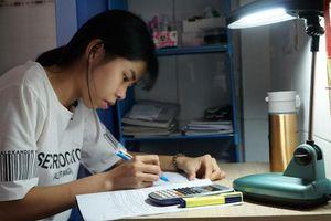 Nghị lực mùa thi: Nữ sinh chạy bàn nuôi giấc mơ vào đại học