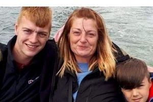Bị ung thư di căn, bà mẹ quyết dẫn con đi du lịch trước khi chết
