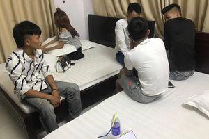 Cô gái bị bắt khi đang 'đập đá' cùng 4 thanh niên trong khách sạn ven biển Nghệ An