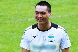 Cận cảnh Tuấn Anh suýt chấn thương sau pha vào bóng bằng 2 chân của cầu thủ Quảng Ninh