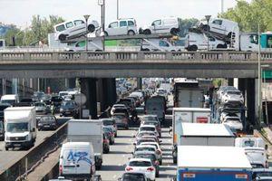 Paris cấm 60% số xe lưu thông do nắng nóng gây ô nhiễm