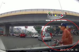 Clip: Người đàn ông đi xe máy tự lao đầu vào ô tô, lăn đùng ngã ngửa nhằm ăn vạ
