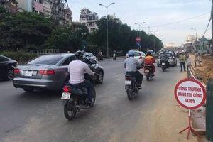 Thu dọn bùn đất, lắp đặt hàng rào sau phản ánh 'thi công ẩu tại đường Nguyễn Khoái – Hà Nội'