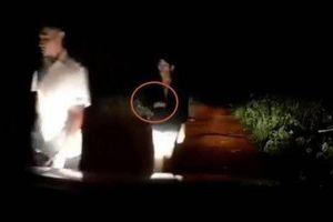 Clip: Giây phút cướp kề dao vào cổ, khống chế tài xế taxi ở Đắk Nông