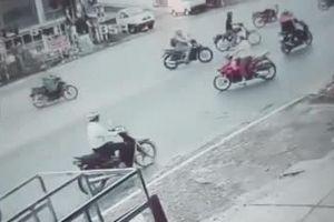 Clip: Vượt đèn đỏ, người đàn ông gây tai nạn liên hoàn, khiến bé gái đi cùng nguy kịch
