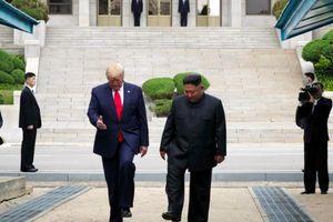 Là Tổng thống Mỹ đầu tiên đặt chân tới Triều Tiên, ông Trump đã đi bao nhiêu bước chân?