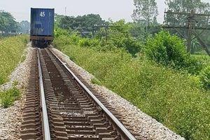 Chạy xe máy 'cắt đầu' tàu hỏa, 2 thanh niên tử vong