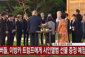 Nhóm EXO tặng album cho Tổng thống Donald Trump