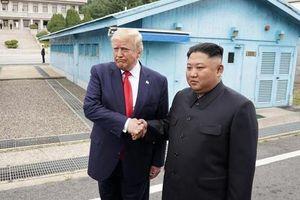 Khoảnh khắc khác thường khi vệ sĩ Trump - Kim đứng cạnh nhau ở DMZ