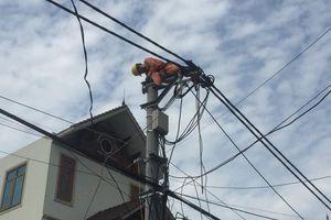 'Cuộc chiến' mùa nắng nóng của thợ điện Thủ đô
