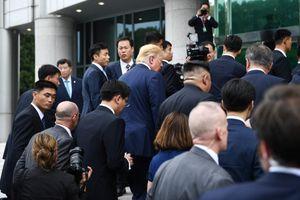 Phát ngôn viên Nhà Trắng bầm tím khi chen lấn tại cuộc gặp Mỹ-Triều