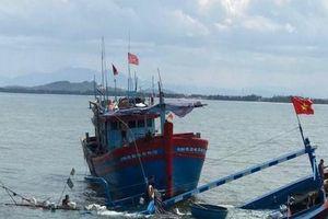 Quảng Ngãi: Chìm tàu cá, 8 người may mắn được cứu sống