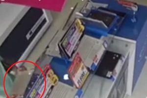 Clip: Người đàn ông đi ô tô thản nhiên vào cửa hàng điện máy trộm laptop