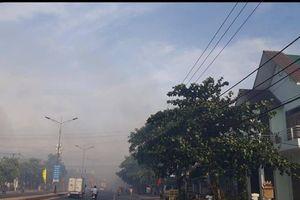 Cảnh sát PCCC cùng xe cứu hỏa đến hiện trường khống chế vụ cháy ở Quảng Trị