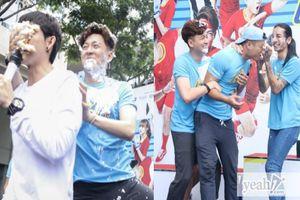 Hội 'Running Man' mừng sinh nhật Ngô Kiến Huy tại sự kiện, BB Trần 'chơi dơ' ụp bánh kem đầy mặt 'thỏ đen'
