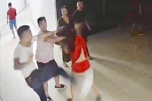 Nửa đêm, côn đồ kéo vào chung cư đánh hội đồng cô gái trẻ