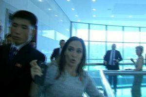 Cảnh va chạm với phía Triều Tiên làm thư ký báo chí Nhà Trắng bầm tím