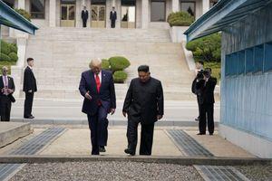 Khoảnh khắc 'hoàn hảo cho tivi' của TT Trump và cảnh hỗn loạn phía sau