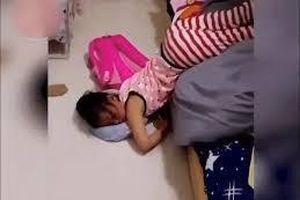 Video các bé 'thất thủ' trước cơn buồn ngủ