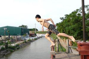 Thanh niên nhảy gần chục mét xuống tắm kênh thủy lợi ở Hà Nội
