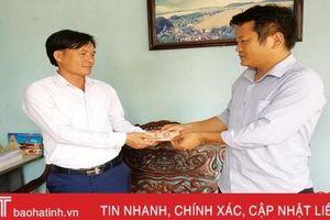 Bạn đọc Báo Hà Tĩnh trao quà hỗ trợ lực lượng chữa cháy rừng ở Nghi Xuân