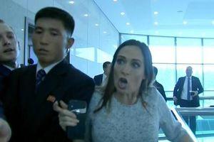 Cận cảnh vụ thư ký báo chí Nhà Trắng va chạm với an ninh Triều Tiên