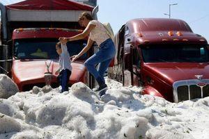 Mưa đá kinh hoàng chôn vùi xe cộ, đường sá tại Mexico
