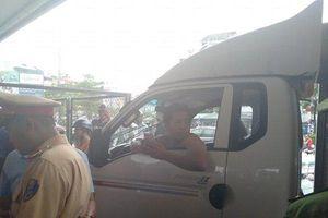 Hà Nội: Tài xế ô tô gây tai nạn bỏ chạy, bị chặn lại còn chửi bới đánh người