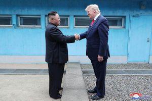 Cuộc gặp Trump - Kim: Cái bắt tay lịch sử tại 'tượng đài' của sự chia cắt