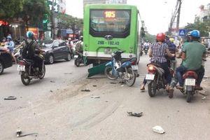 Ô tô đâm liên hoàn khiến một cô gái bị thương nặng ở Hà Nội