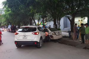 Ô tô CX5 tông hàng loạt xe máy trên đường Hà Nội, tài xế sợ hãi bỏ trốn