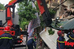Hà Nội: Sập mặt tiền ngôi nhà hai tầng nhiều người tháo chạy