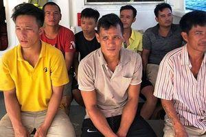 7 ngư dân được cứu sống trên biển về đến đất liền