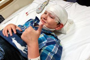 Cậu bé mắc bệnh 'hóa đá' phải đối mặt với cái chết bất cứ lúc nào
