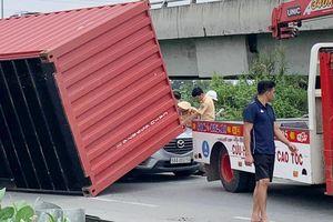 Container lật đè ôtô con, tài xế may mắn thoát nạn
