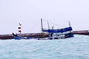 Tàu chở 71 tấn dầu chìm ở cảng Phú Quý, có nguy cơ tràn dầu ra biển
