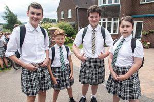 Trường tiểu học cho phép nam sinh mặc váy đồng phục