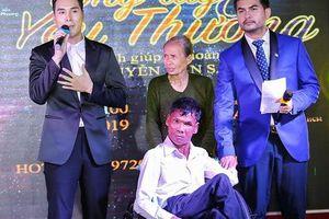 Á vương Hoàng Phi Kha tặng 200 triệu đồng cho người bán vé số khuyết tật