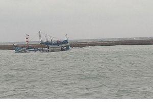 Khẩn trương trục vớt tàu chở hơn 50 nghìn lít dầu đang chìm dần ở cảng Phú Quý