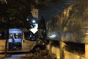 Hà Nội: Ô tô 16 chỗ mất lái gây tai nạn liên hoàn, 2 cháu nhỏ bị thương