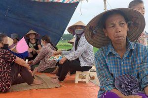 Hàng nghìn tấn rác ùn ứ vì dân lại chặn xe vào bãi rác Nam Sơn