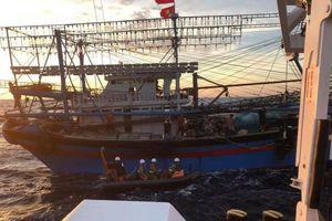 Thợ lặn tiếp cận hiện trường tìm kiếm 9 ngư dân mất tích trong gió giật cấp 5