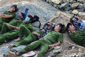 Xúc động hình ảnh phút nghỉ ngơi sau 3 ngày dập lửa của các chiến sĩ Công an Hà Tĩnh