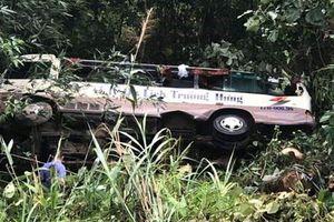 Xe chở hơn 20 du khách lao xuống vực ở Quảng Ninh, 2 người chết