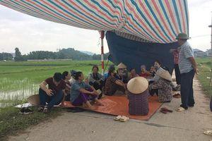 Người dân tiếp tục chặn xe vào bãi rác Nam Sơn